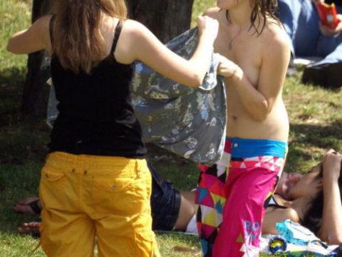 【エロ画像】外で着替える女さん、しっかり盗撮され晒されるwwwwww
