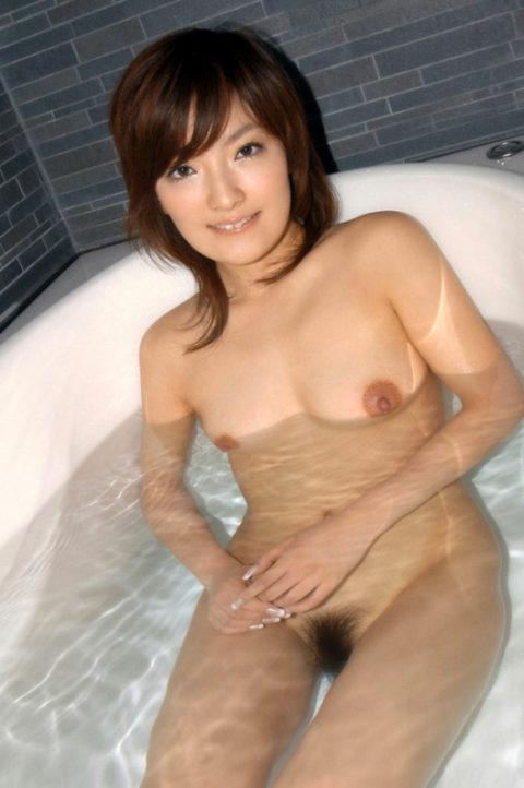 【おっぱい】湯船から乳房が ぷっかー って浮かんでる光景。勃起不可避wwwwww・1枚目