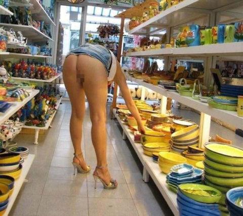 人妻のパンチラが最も拝める場所ってスーパーだよな?(盗撮28枚)・12枚目