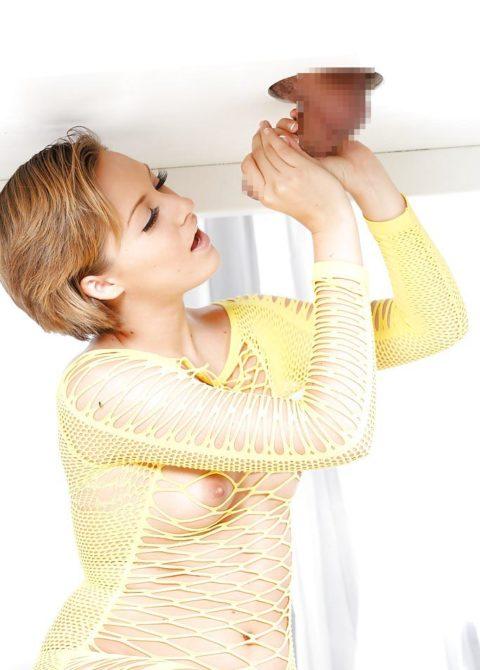 【エロ画像】壁からチンポが生えてる状況。女が発見したらやっぱこうなるwwwww・14枚目