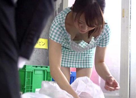 【エロ画像】朝のゴミ出しでノーブラの女が撮影される。朝から勃起不可避wwwww・14枚目