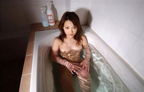 【おっぱい】湯船から乳房が ぷっかー って浮かんでる光景。勃起不可避wwwwww・17枚目