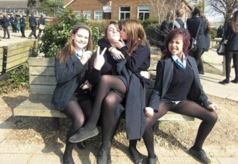 女子学生の「集合写真」で笑顔でモロ出ししちゃった女さんをご覧くださいwwwww(画像あり)・2枚目