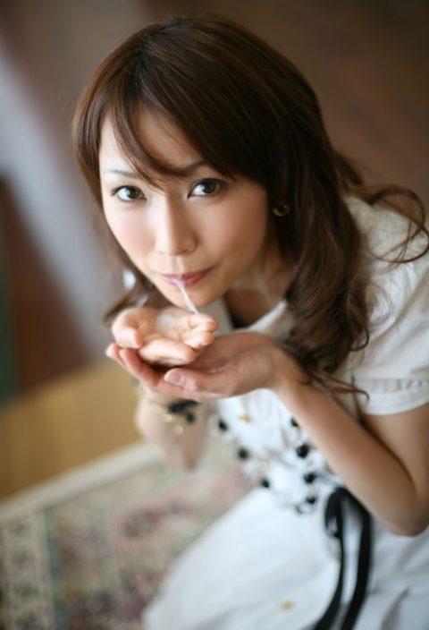 【エロ画像】口からザーメン出す時にコレする女、絶対プロやろ?wwwwwwwww(28枚)・24枚目