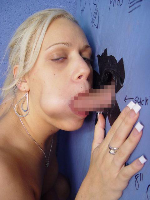 【エロ画像】壁からチンポが生えてる状況。女が発見したらやっぱこうなるwwwww・24枚目