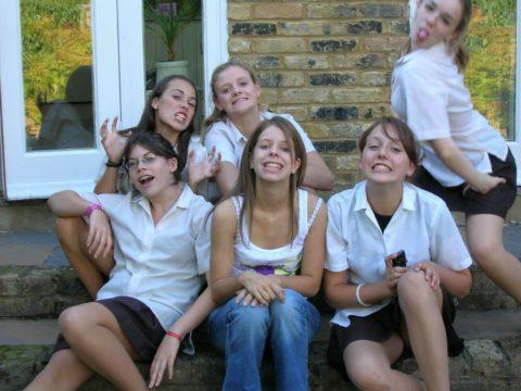 女子学生の「集合写真」で笑顔でモロ出ししちゃった女さんをご覧くださいwwwww(画像あり)・3枚目