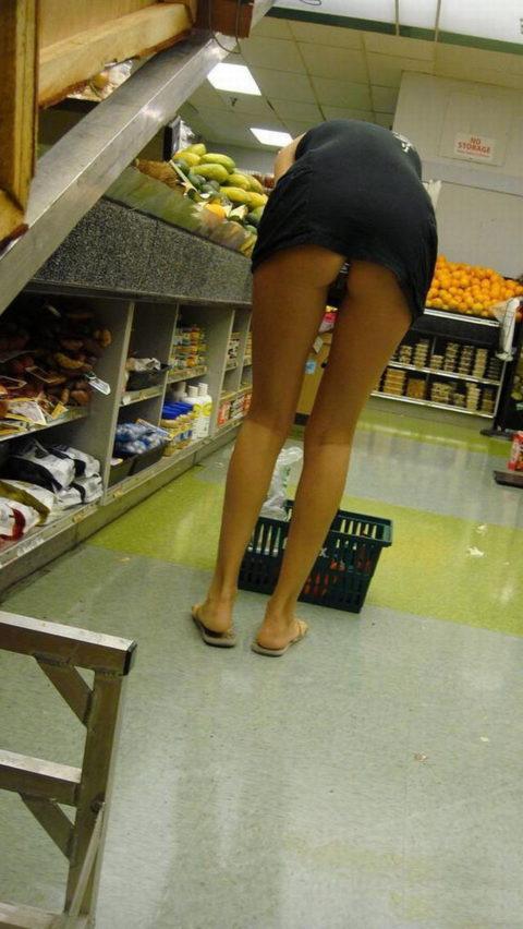 人妻のパンチラが最も拝める場所ってスーパーだよな?(盗撮28枚)・3枚目