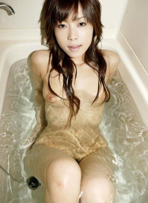 【おっぱい】湯船から乳房が ぷっかー って浮かんでる光景。勃起不可避wwwwww・3枚目