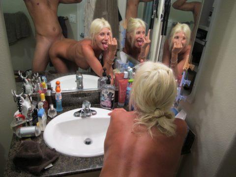 【流出画像】バカップルさん、過去に撮影した鏡越しのハメ撮りをバラ撒いてしまうwwwww・32枚目