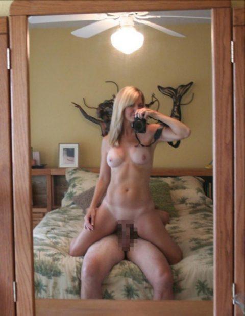 【流出画像】バカップルさん、過去に撮影した鏡越しのハメ撮りをバラ撒いてしまうwwwww・33枚目