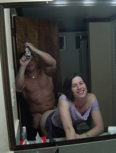 【流出画像】バカップルさん、過去に撮影した鏡越しのハメ撮りをバラ撒いてしまうwwwww・6枚目