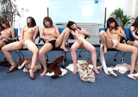 【エロ画像】みんなでヤレば怖くない。女たちの集団オナニーの光景wwwww・7枚目