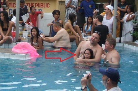 """【マジキチ】子供用プールでエロい大人たちが""""乱交""""してる光景・・・(画像あり)・8枚目"""
