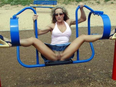 【変態魔】公園に出没する変態女が撮影される。子供いたらトラウマになるわwwwww(画像あり)・9枚目