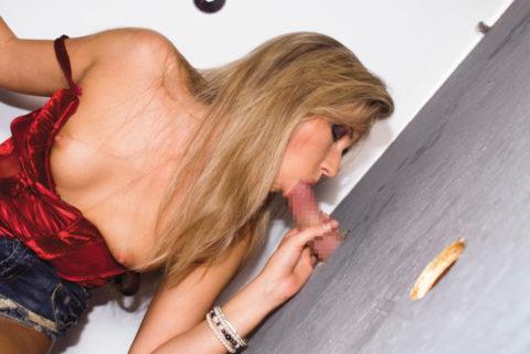 【エロ画像】壁からチンポが生えてる状況。女が発見したらやっぱこうなるwwwww・9枚目