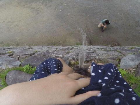 「オシッコなう」マジキチ女が野外放尿してる光景がコレ。。(画像あり)・1枚目
