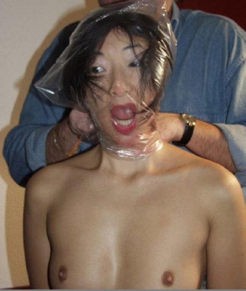 ビニールを顔面に被せてハメるマジキチ男のセックスがこちら・・・(画像あり)・1枚目