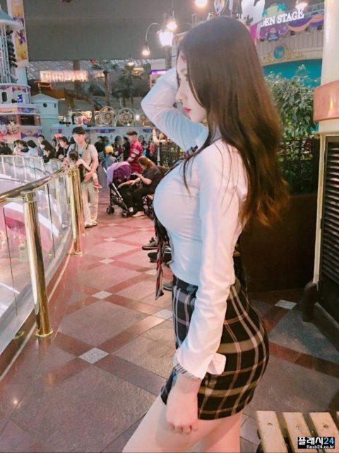 """【着衣巨乳】整形大国の韓国女さん、街中で撮影された""""おっぱい""""がこれwwwww・11枚目"""