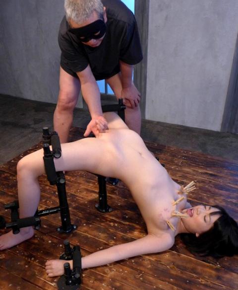【調教画像】手足が1ミリも動かない状態で調教されたらこうなります・・・・15枚目