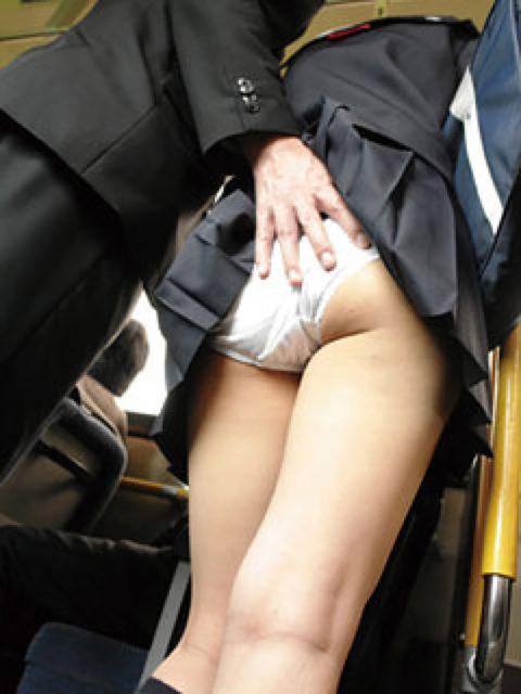 【痴漢の瞬間】JKの下着に手をかけたマジキチが電車で撮影される・・・・16枚目