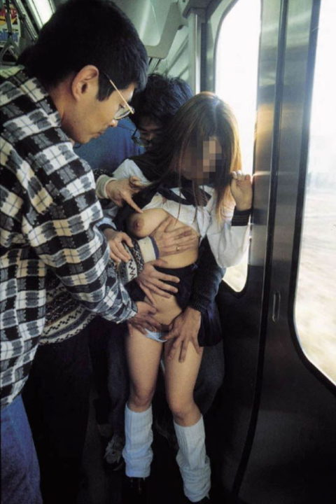【痴漢の瞬間】JKの下着に手をかけたマジキチが電車で撮影される・・・・17枚目