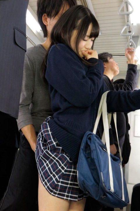 【痴漢の瞬間】JKの下着に手をかけたマジキチが電車で撮影される・・・・2枚目
