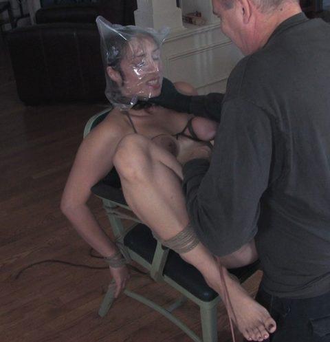 ビニールを顔面に被せてハメるマジキチ男のセックスがこちら・・・(画像あり)・23枚目