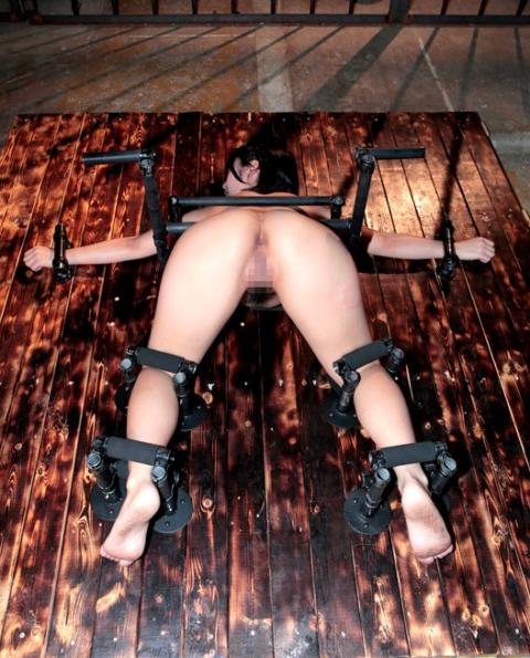 【調教画像】手足が1ミリも動かない状態で調教されたらこうなります・・・・24枚目