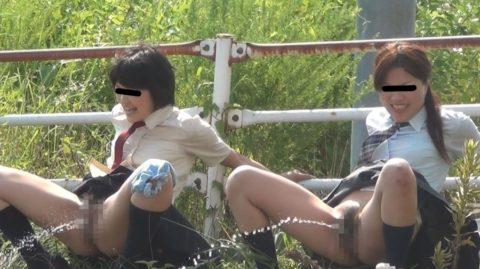 「オシッコなう」マジキチ女が野外放尿してる光景がコレ。。(画像あり)・27枚目