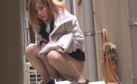 「オシッコなう」マジキチ女が野外放尿してる光景がコレ。。(画像あり)・28枚目