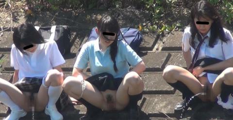 「オシッコなう」マジキチ女が野外放尿してる光景がコレ。。(画像あり)・3枚目