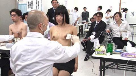 【エロ画像】健康診断で悪徳医師がやるセクハラ…ただのコントやろwwwww・3枚目