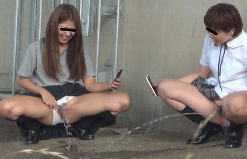 「オシッコなう」マジキチ女が野外放尿してる光景がコレ。。(画像あり)・4枚目