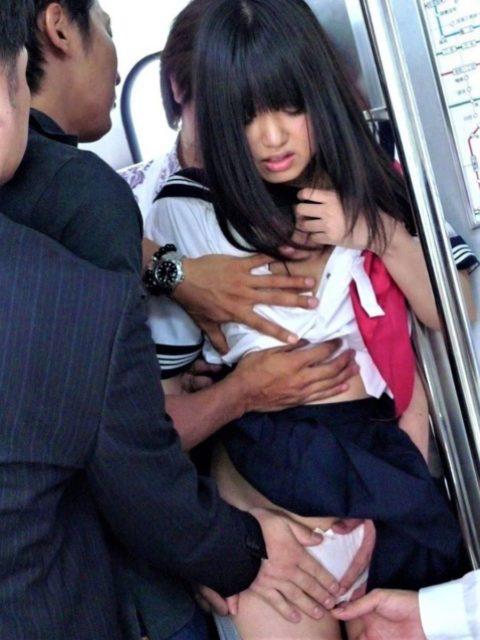【痴漢の瞬間】JKの下着に手をかけたマジキチが電車で撮影される・・・・6枚目