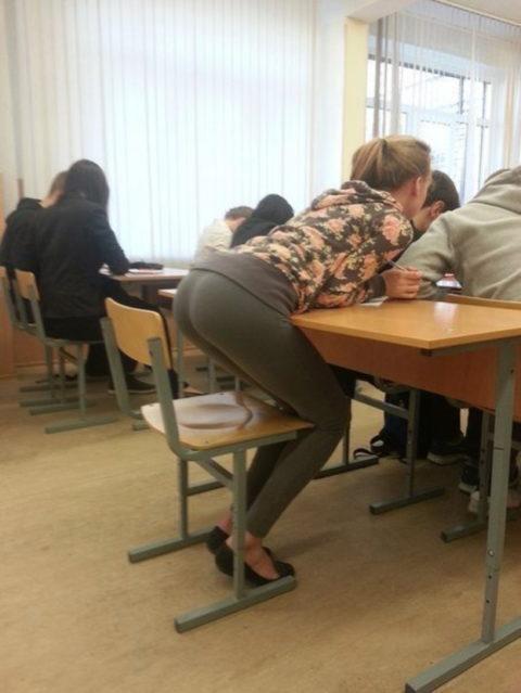 """ロシアの学校で撮影された""""女子生徒""""もう身体がエチエチすぎwwwwww(画像あり)・8枚目"""
