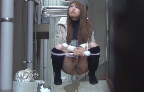 「オシッコなう」マジキチ女が野外放尿してる光景がコレ。。(画像あり)・8枚目