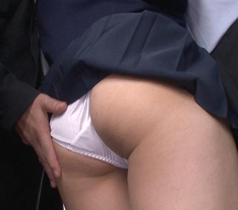 【痴漢の瞬間】JKの下着に手をかけたマジキチが電車で撮影される・・・・9枚目