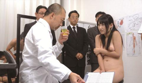 【エロ画像】健康診断で悪徳医師がやるセクハラ…ただのコントやろwwwww・9枚目