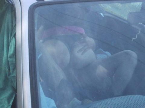 カーセックスカップル、車外からまんまと盗撮されるwwガッツリ刺さってるやんwwwww(エロ画像)