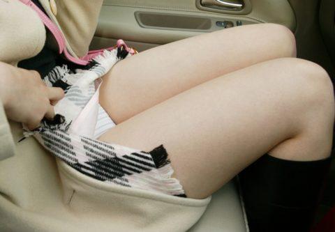 ミニスカ美女を助手席の乗せた結果。。ムラムラで事故りそうになるwwwww(画像あり)・1枚目