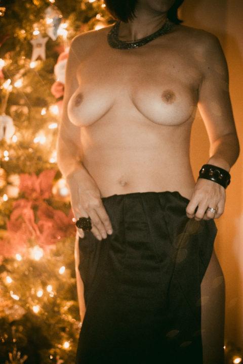海外まんさん、自身にクリスマスイルミネーションを付け派手エロになるwwwww・9枚目