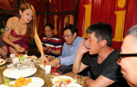 オッパイの谷間でリピーターを増やす中国の怪しい居酒屋が撮影されるwwwww(画像あり)・12枚目