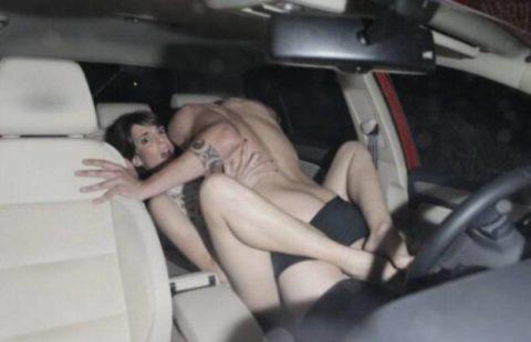 カーセックスカップル、車外からまんまと盗撮されるwwガッツリ刺さってるやんwwwww(エロ画像)・12枚目