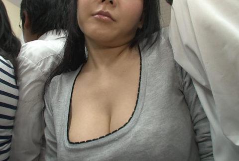 【エロ画像】満員電車での爆乳女子の末路…デカすぎる弊害が大きいwwwww・12枚目