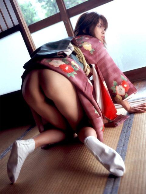 【エロ画像】着物が肌蹴けた女さんの画像。成人の日はこんな女ばっかやろなwwwww・13枚目