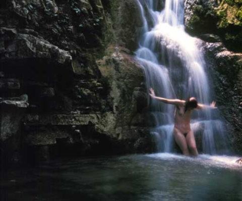 全裸少女、大自然の中で「水浴び」してる光景。これ何処の国だよ・・・(エロ画像)・15枚目