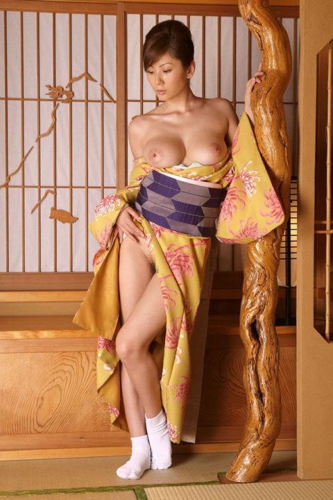 【エロ画像】着物が肌蹴けた女さんの画像。成人の日はこんな女ばっかやろなwwwww・16枚目