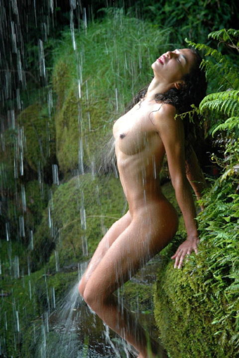 全裸少女、大自然の中で「水浴び」してる光景。これ何処の国だよ・・・(エロ画像)・17枚目