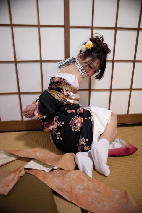【エロ画像】成人式を迎えた娘が変わり果てた姿で撮影される・・・・2枚目