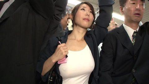 【エロ画像】満員電車での爆乳女子の末路…デカすぎる弊害が大きいwwwww・20枚目